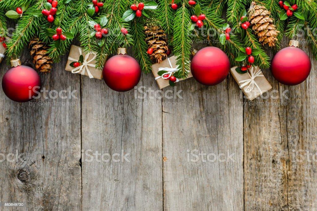 Rustikale Weihnachten Hintergrund Mit Dekorationen Und Roten ...