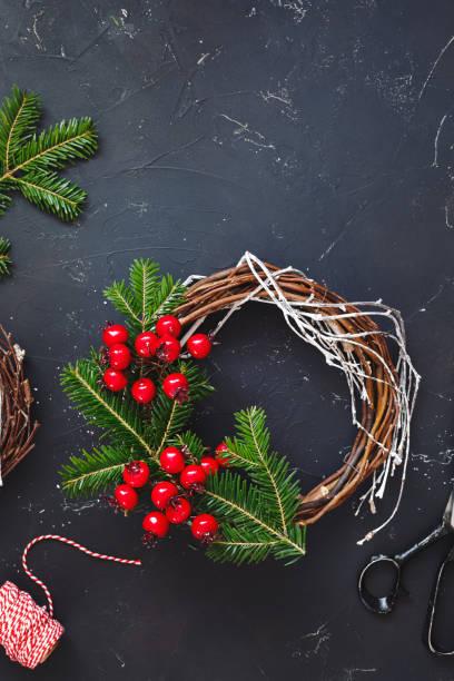 rustikale adventskranz weinrebe liefert. handgefertigte weihnachtsdekoration kranz mit natürlichen fichte zweige - do it yourself invitations stock-fotos und bilder