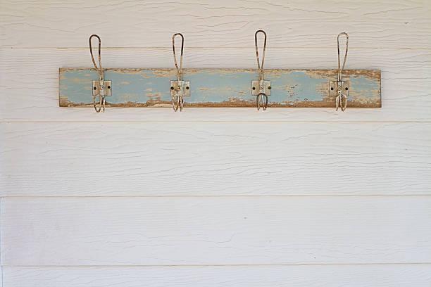 rustikales sakko hooks hintergrund auf weiß weatherboard house - garderobenhaken stock-fotos und bilder