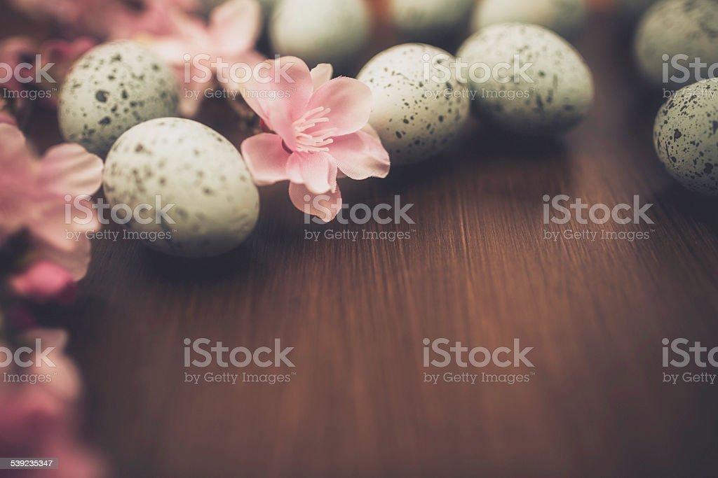 Rústica fondo de Pascua con huevos de manantial y cerezos en flor. Fondo de madera. foto de stock libre de derechos
