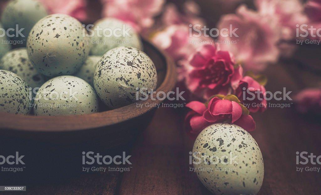 Rústico Páscoa ainda vida. Salpicado de ovos, flores em vaso rústico. foto royalty-free