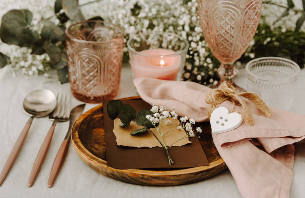 rustikale festlich gedeckten tisch im hochzeits-bankett - tischdeko goldene hochzeit stock-fotos und bilder
