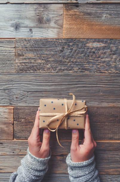 rustikale geschenk-box auf einem holztisch. - eco bastelarbeiten stock-fotos und bilder