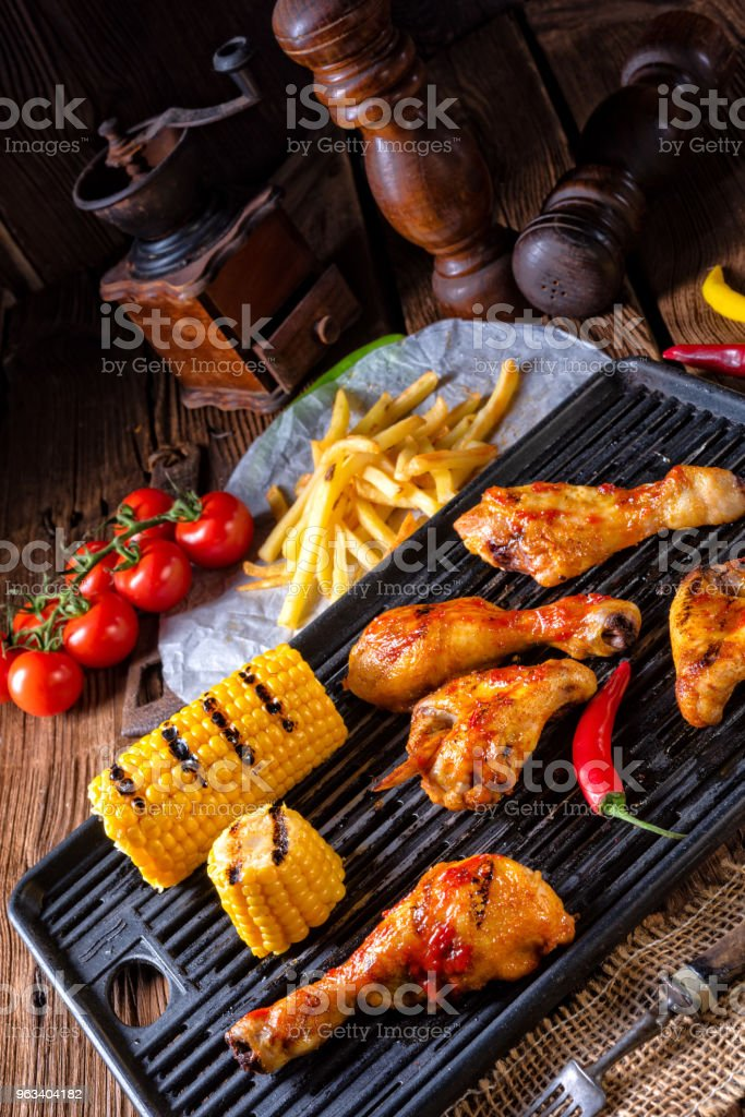 Rustic Grilled chicken wings,legs,and spicy corn - Zbiór zdjęć royalty-free (Barbecue)