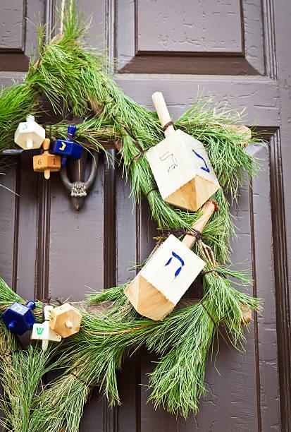 rustikal-weihnachten kranz für chanukka: auf der begrüßungsseite - buchstabentür kränze stock-fotos und bilder