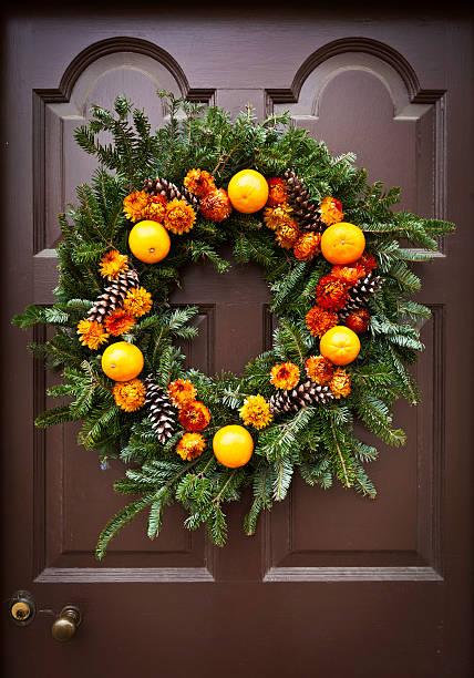rustikale weihnachten kranz - deko hauseingang weihnachten stock-fotos und bilder