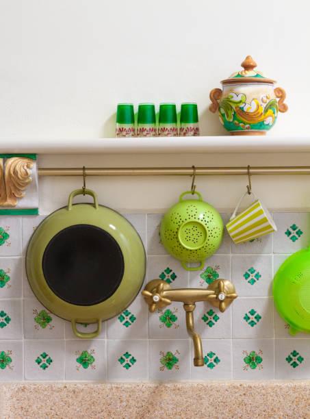 rustikale küche spüle, italienischen fliesen backsplash, grüne küchenutensilien - küche italienisch gestalten stock-fotos und bilder