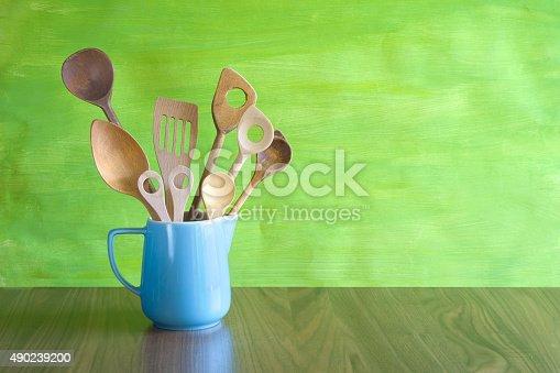 Rustikale Küchenutensilien In Einem Alten Krug Stock-Fotografie und mehr Bilder von 2015
