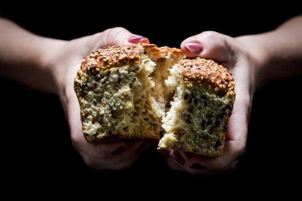 Rustikale Laib Brot in den Händen von Frau – Foto