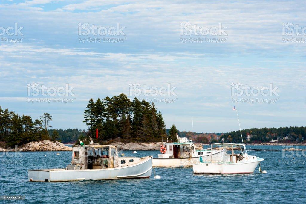 Homardiers rustiques dans le port de Maine photo libre de droits