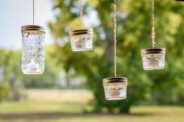 rustikale einmachglas teelichter an schnur - rustikale einweckgläser stock-fotos und bilder