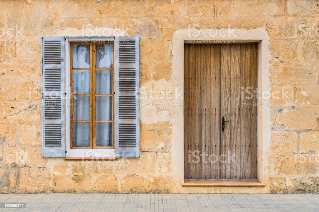 Eingangstür Landhaus mediterrane landhaus mit steinmauer hölzerne eingangstür und fenster