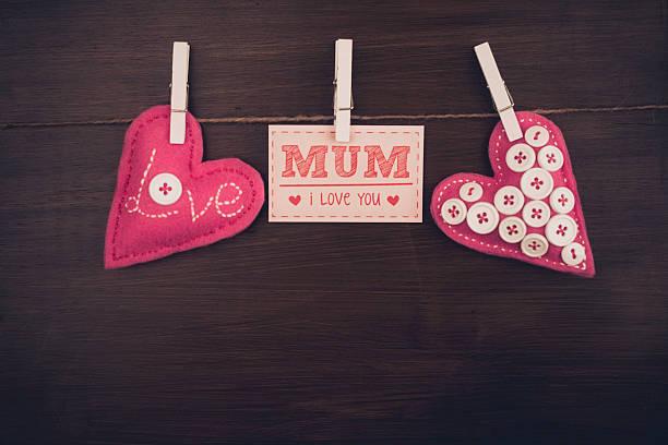 rustikale mütter tag nachricht mit handgefertigten herzen - filzunterlage stock-fotos und bilder