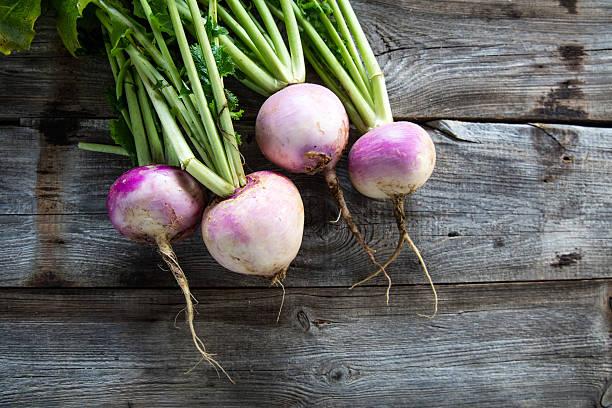 rustic organic turnips on genuine wood background for vegetarian food - warzywo korzeniowe zdjęcia i obrazy z banku zdjęć