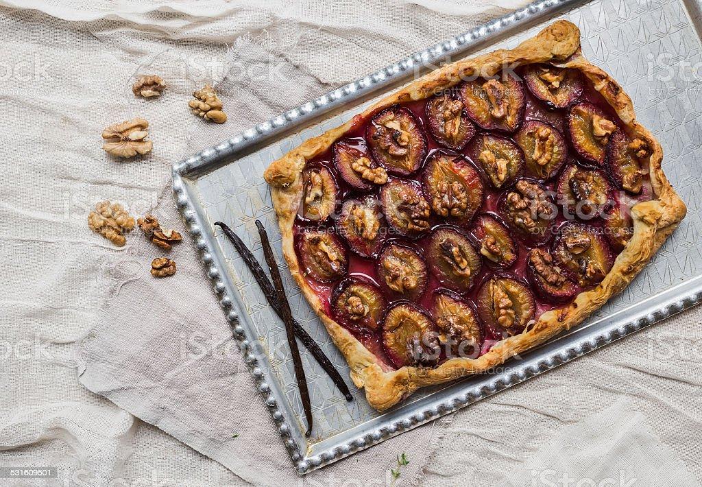 Rústico torta de ameixa com nozes e baunilha - foto de acervo