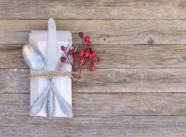 rustikalen tischgedeck mit altes silber besteck - kücheneinrichtung nostalgisch stock-fotos und bilder
