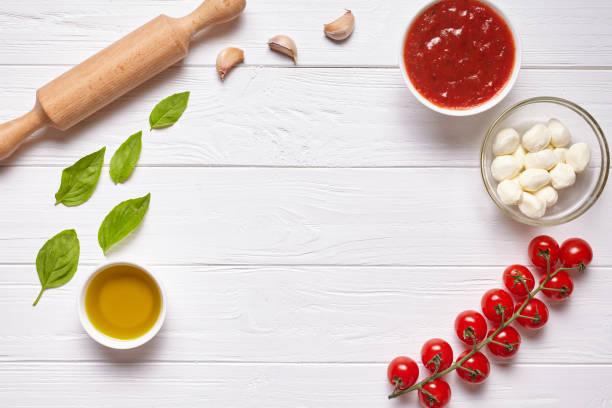 rustikale, traditionelle italienische küche hintergrund mit leeren design textfreiraum auf weißem holz textur küchentisch - küche italienisch gestalten stock-fotos und bilder
