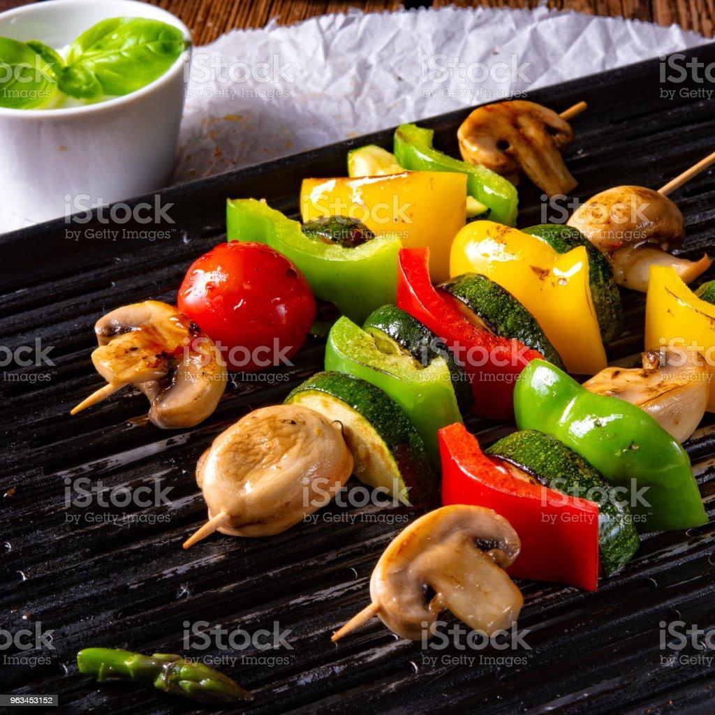 Rustic chachlik de légume aux asperges vertes et paprika - Photo de Aliment libre de droits
