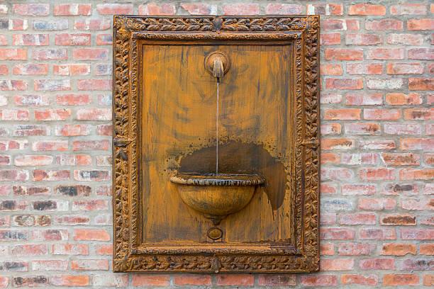 rustikale wasserspiel - indoor wasserbrunnen stock-fotos und bilder