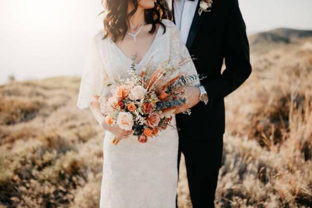 rustikale hochzeit bouquet - kleid mit verzierung stock-fotos und bilder