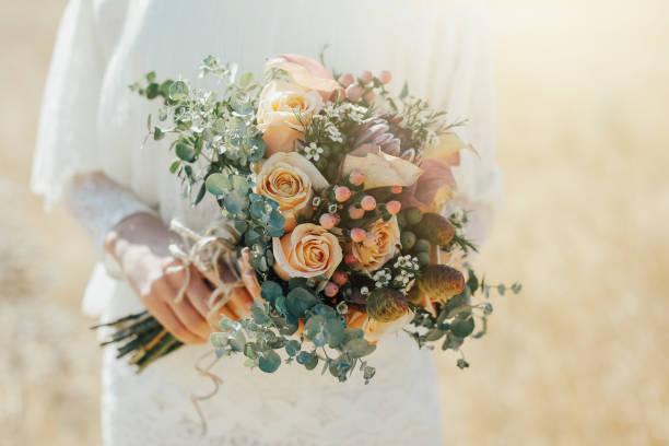rustikale hochzeit bouquet - grüne hochzeit themen stock-fotos und bilder