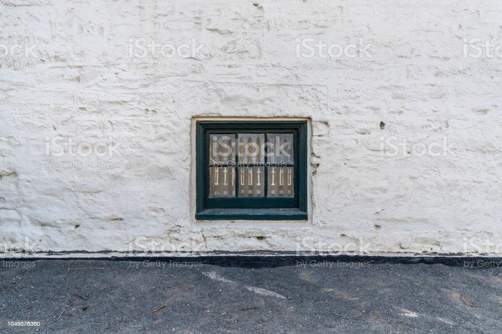 parede branca rústica e uma janela de vindima - foto de acervo