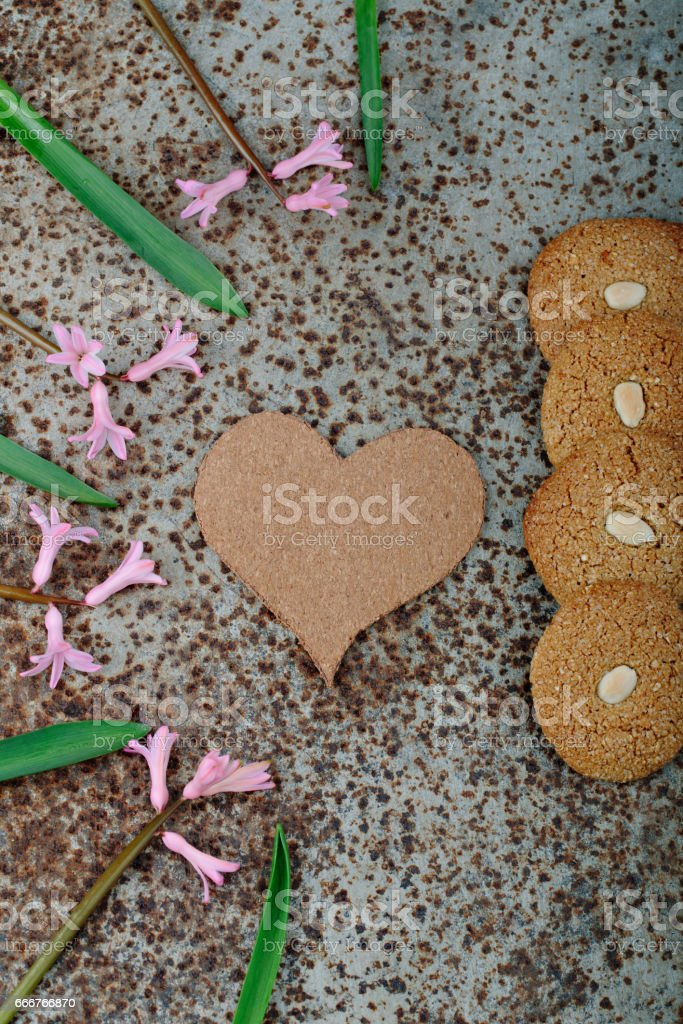 Rustic wooden background with cup of coffee and decorations. Heart shaped chalkboard. Spring flowers Top view foto stock royalty-free