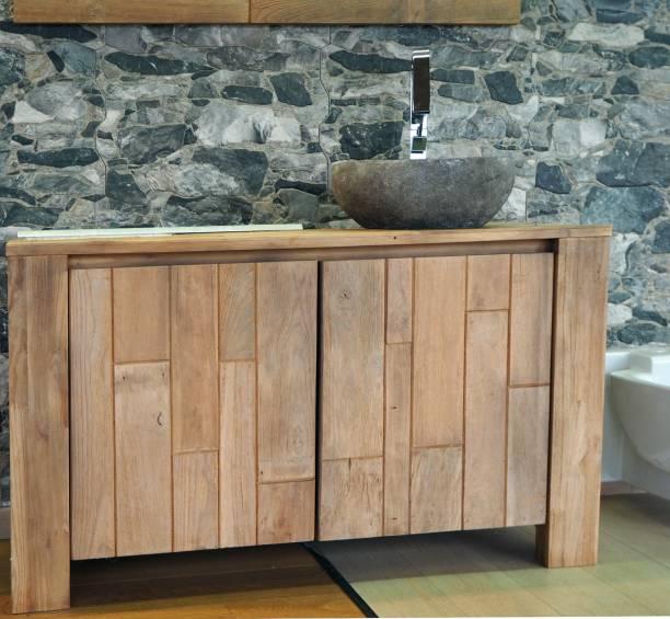 rustikale holz badezimmerschrank mit stein waschbecken. steinmauer auf hintergrund - badezimmer rustikal stock-fotos und bilder