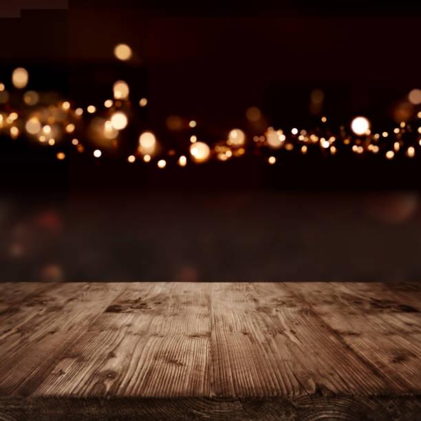 rustikaler holztisch - holzdeko weihnachten stock-fotos und bilder