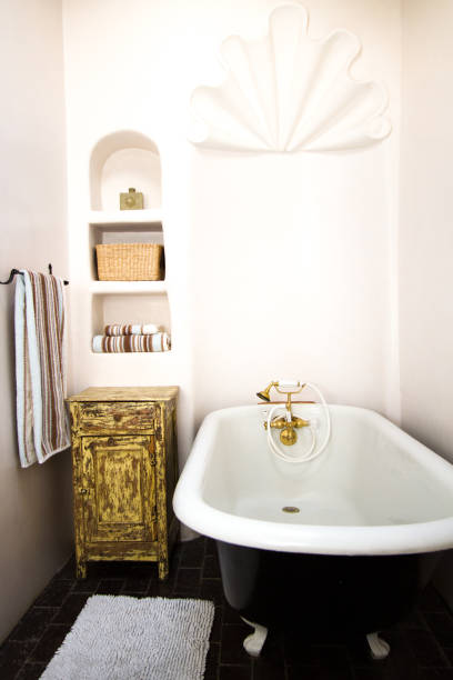 rustikal-luxus-badezimmer mit architektonischen details und clawfoot wanne - badezimmer rustikal stock-fotos und bilder
