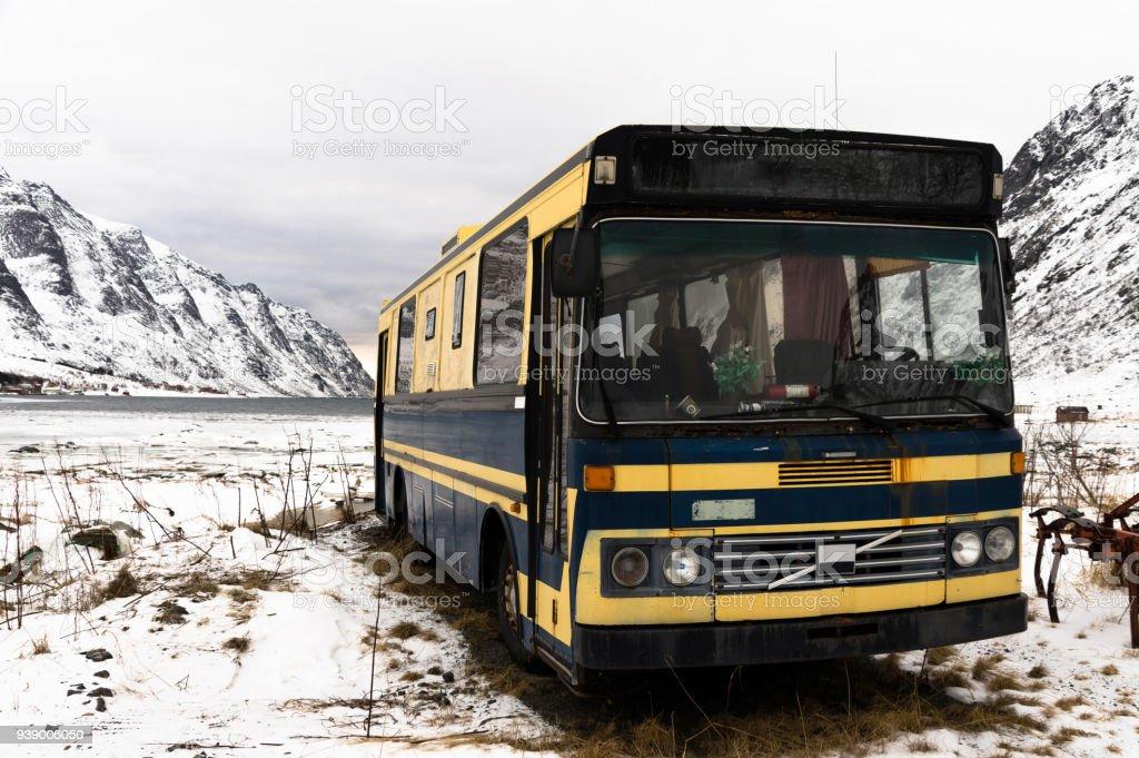 Paslı terkedilmiş otobüs stok fotoğrafı