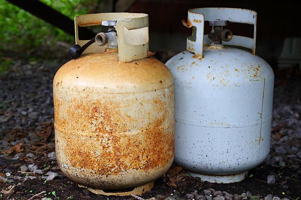 rusty gas bottle - opslagtank stockfoto's en -beelden