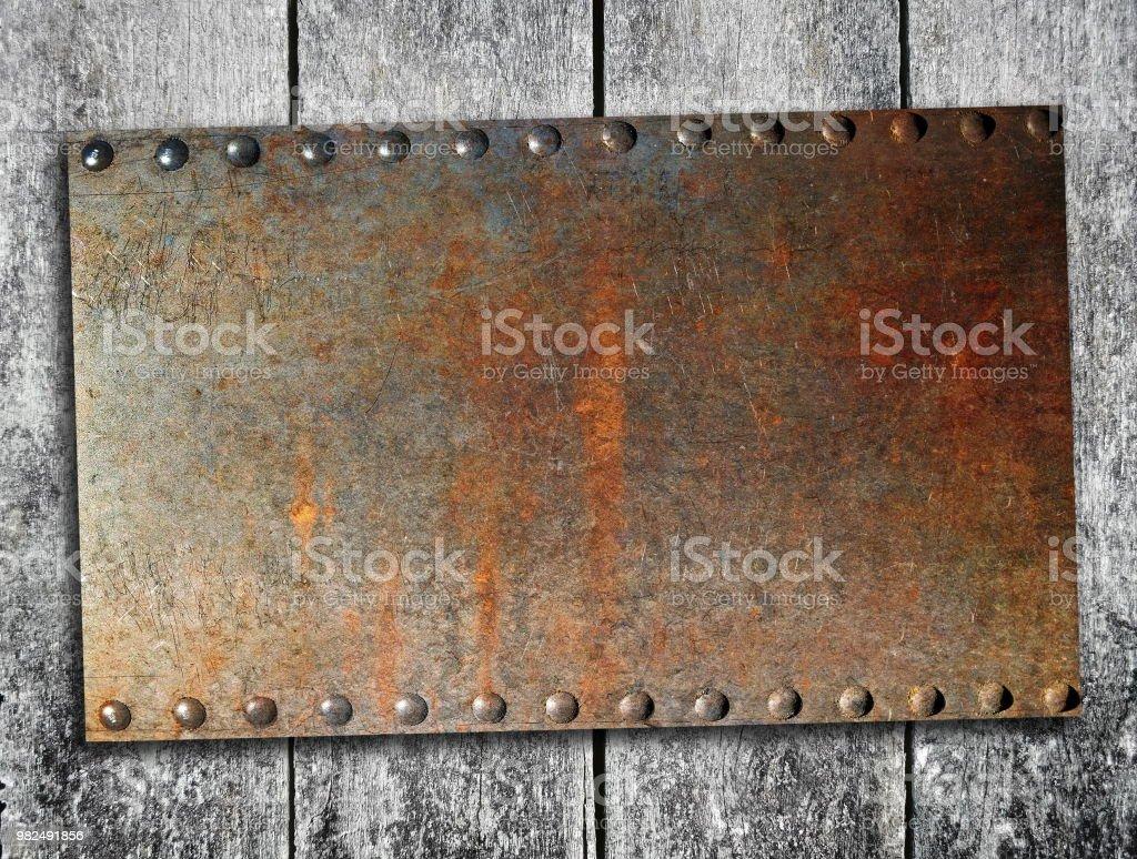 Rostige Metall-Teller  – Foto