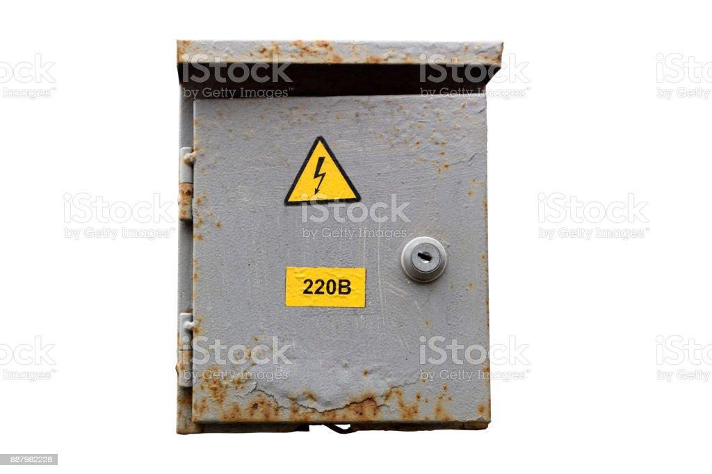 Enferrujado municipal cinzento exterior do armário elétrico com sinal de bloqueio e perigo isolado no branco. - foto de acervo
