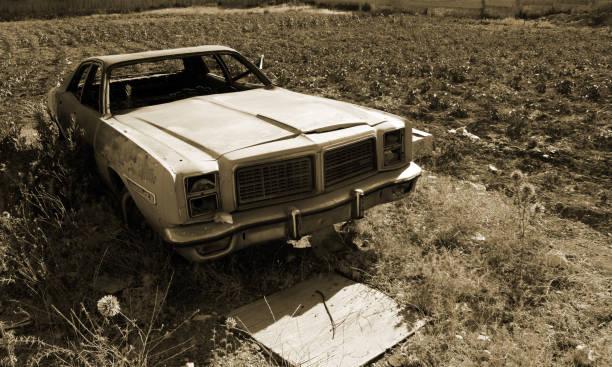 rostige alte auto - pictafolio stock-fotos und bilder