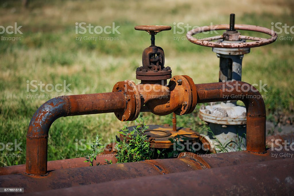 Rusty old pipeline with valve – Foto