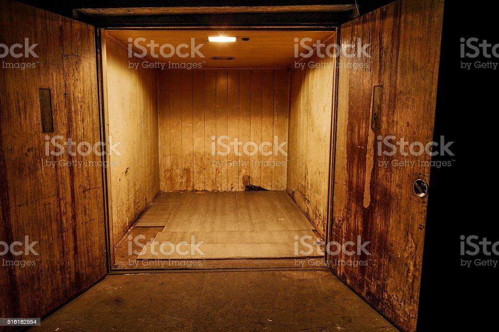 Oxidado de transporte del ascensor - foto de stock
