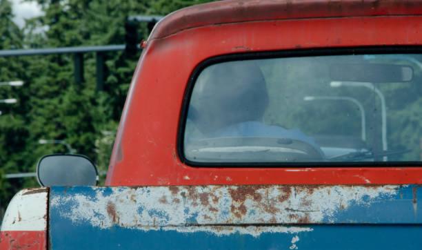 rostige alte lkw in patriotischen farben warten auf grünes licht auf einer kreuzung in seattle - alte wagen stock-fotos und bilder