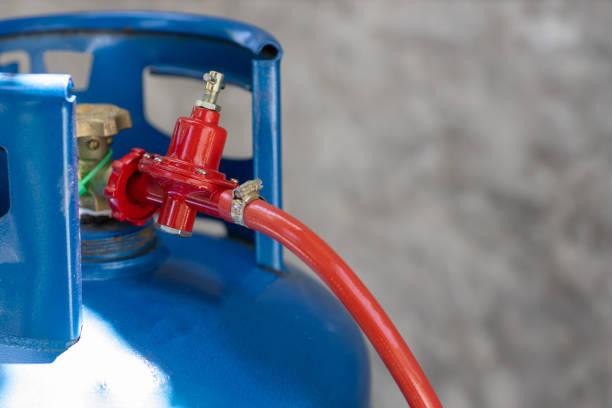 녹슨 압력 조절기 및 조리 가스 탱크의 작동 밸브. lpg. - 원기둥 뉴스 사진 이미지
