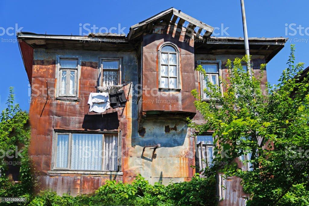 Amasra, Karadeniz Bölgesi, Türkiye'de geleneksel bir evde paslı teneke kaplı cephe stok fotoğrafı