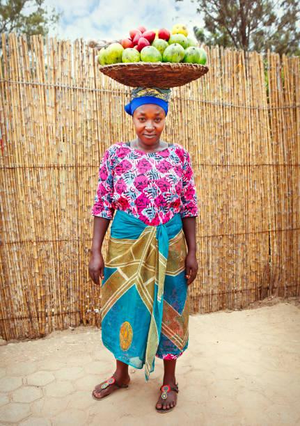 Ruandische Frau mit Korb voller Früchte – Foto