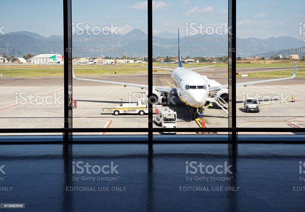Ryanair airplane in Il Caravaggio International Airport, Bergamo, Italy - foto de stock