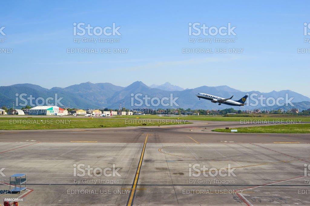 Ryanair avión despegue en el aeropuerto de Bérgamo - foto de stock