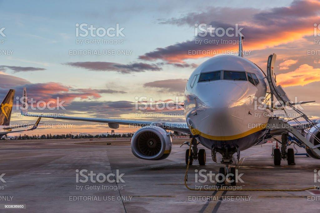 Ryanair-Jet kommerziellen Flugzeug am Flughafen von Valencia bei Sonnenuntergang. – Foto