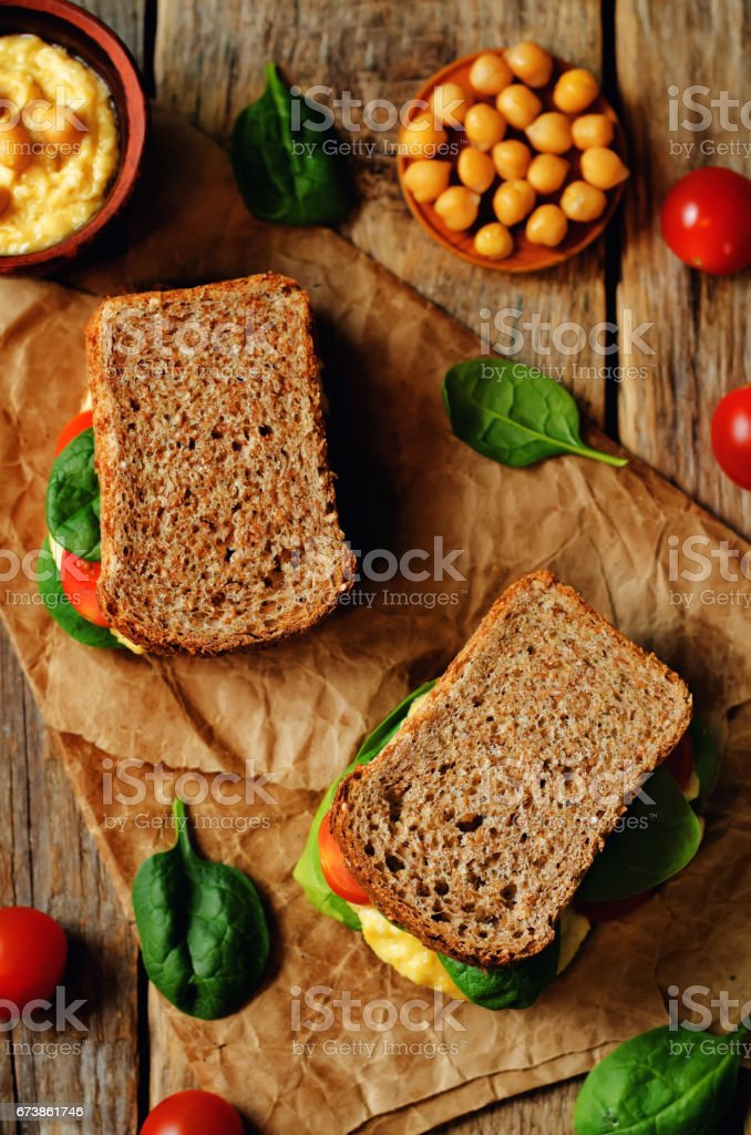 Çavdar sandviç Humus, spinch ve domates ile royalty-free stock photo
