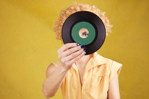 70 년대 디스코 여자 45 레코드 찾고 - 파마 뉴스 사진 이미지