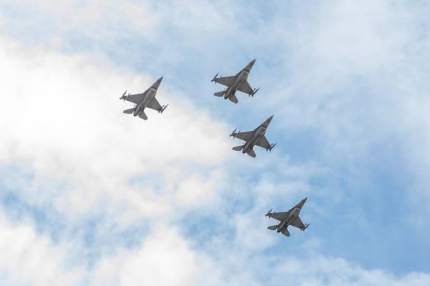 f16's flyover south florida to salute the american heroes - memorial day weekend стоковые фото и изображения