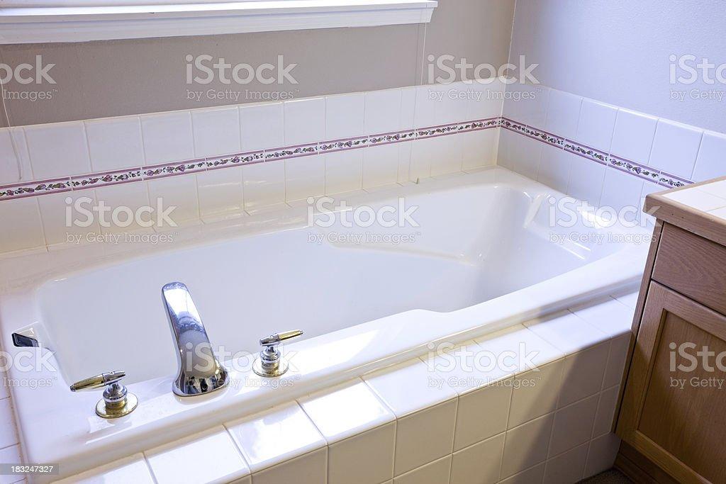 1990 Stil Badezimmer (vor Modellieren U2013 Foto · Von 1990 Stil  Hauptbadezimmer Badewanne, Nahaufnahme (Modellieren U2013 Foto ...
