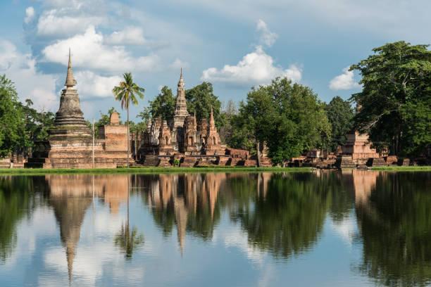 patrimônio da unesco parque histórico de sukhothai nas províncias de sukhothai, tailândia - sukhothai - fotografias e filmes do acervo