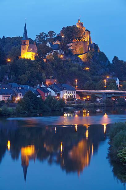 Saarburg-Evangelic Kirche und Castle Saarburg am Abend – Foto